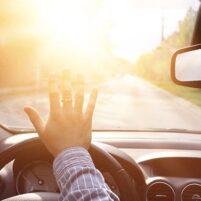 تابش شدید نور از شیشه جلوی خودرو